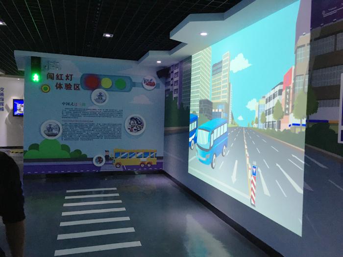 交通安全模拟闯红灯--火米互动交通安全体验馆案例图片